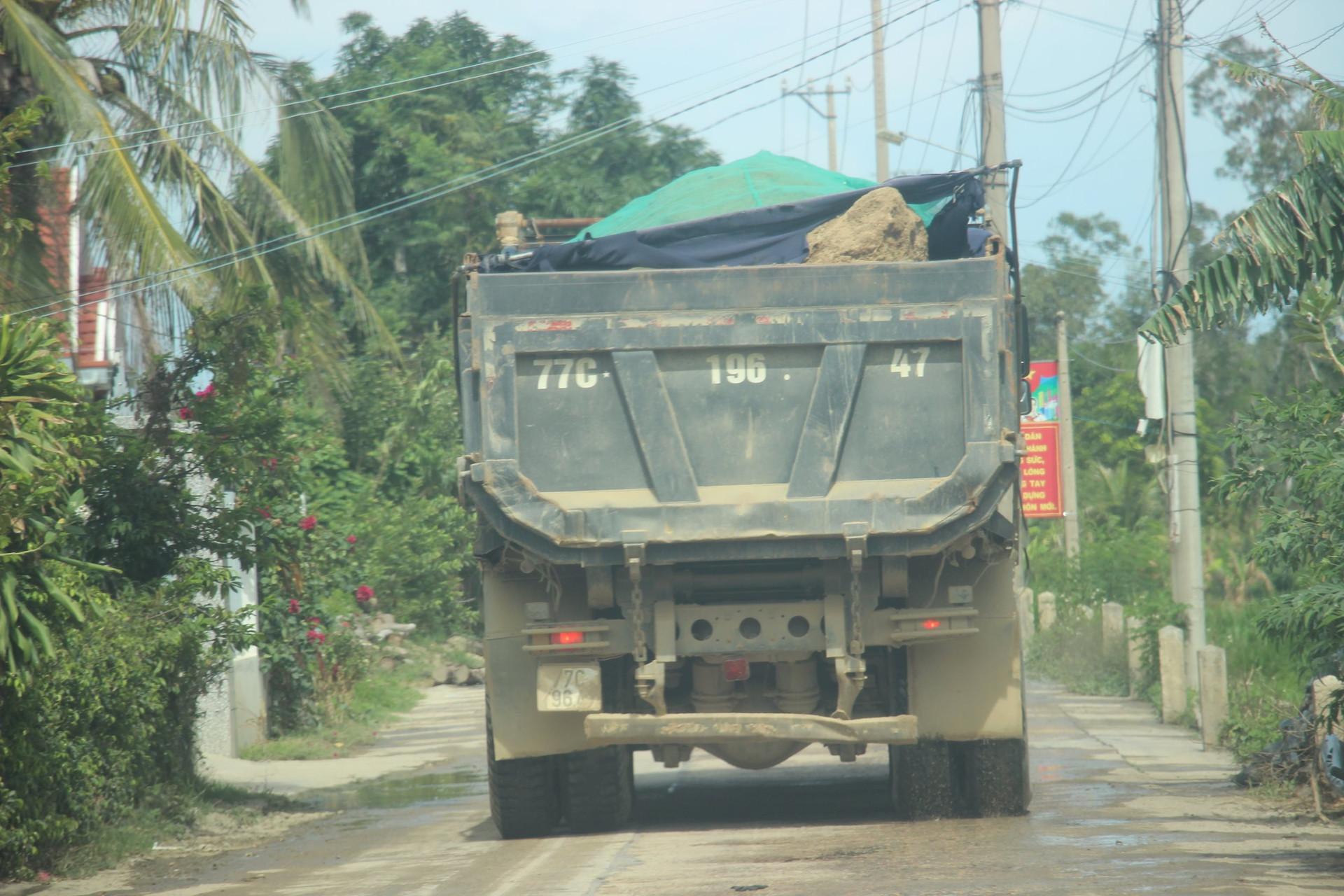Đá suýt rơi ra khỏi thùng xe gây nguy hiểm cho người đi đường.