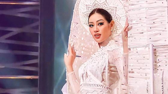 Miss Universe: Khánh Vân gây ấn tượng ở phần thi trang phục dân tộc